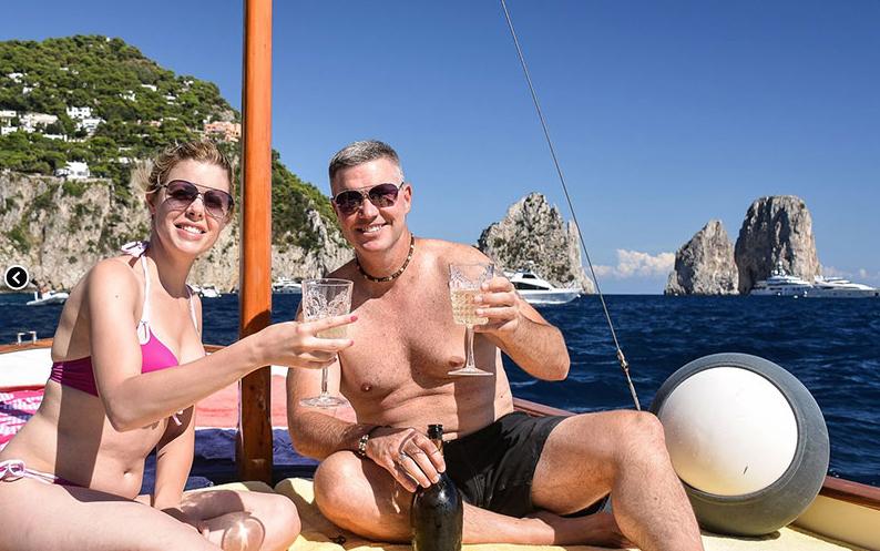 turisti inglesi a capri in barca